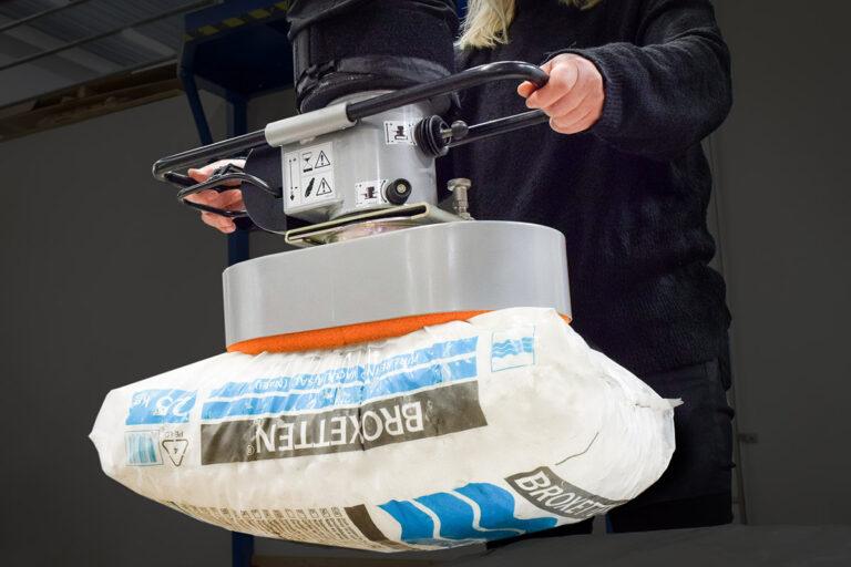 Säcklyft - lyfta säckar med vakuumlyftare - Movomech Vacuhand Pro vakuumlyft